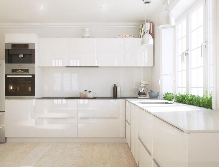 cucina ad angolo con penisola e finestra mobili di colore bianco lucido