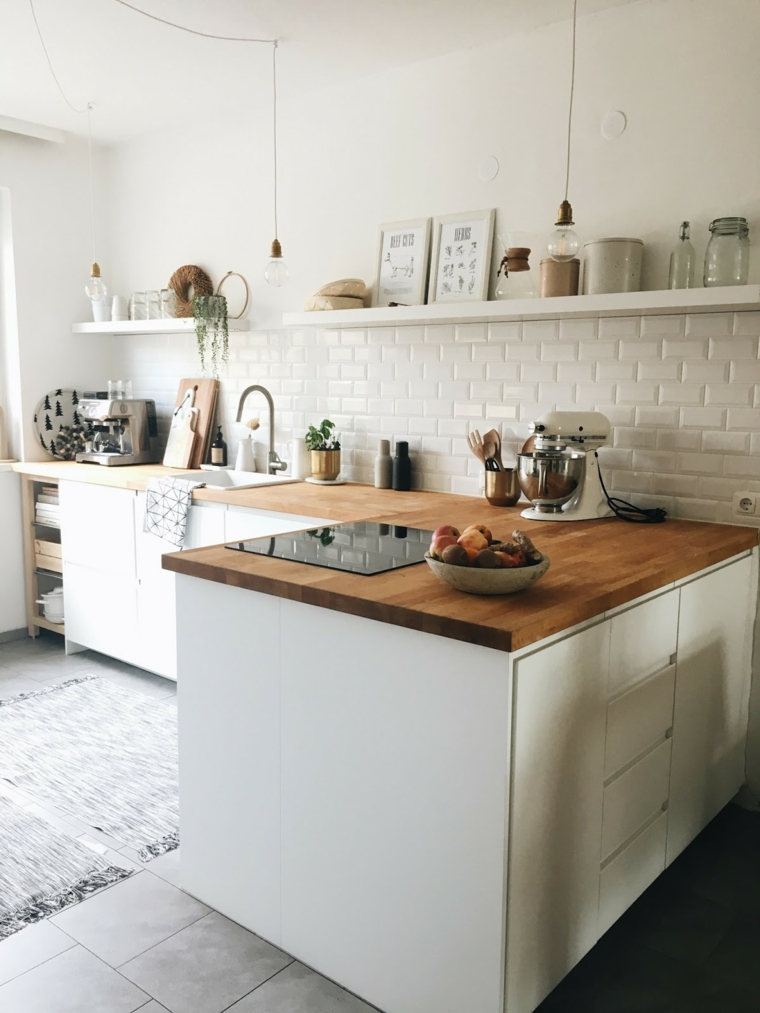 cucina angolare con penisola mobili di colore bianco con top in legno paraschizzi in piastrelle