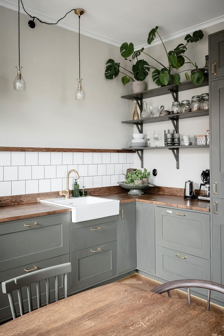 cucina angolare con penisola mobili di legno colore grigio paraschizzi con piastrelle bianche