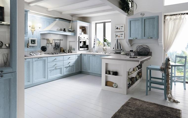 cucina arredata decorata stile country colore azzurro travi vista