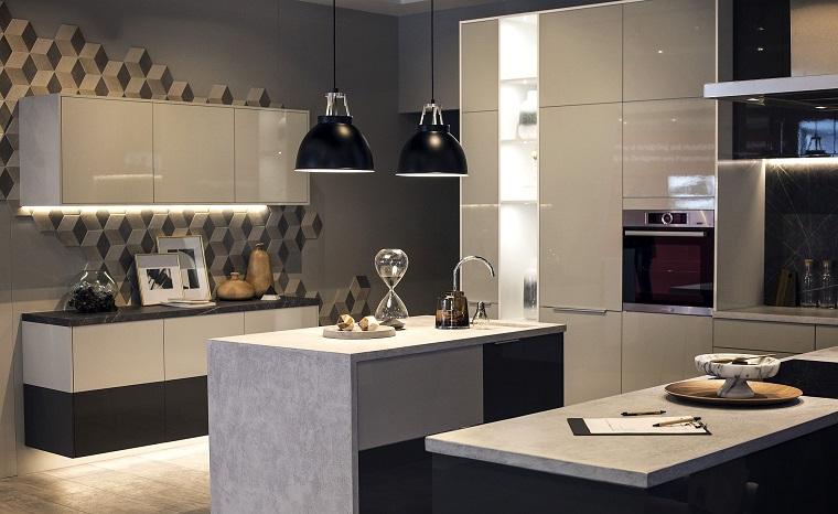 Colore pareti cucina bianca, cucina con isola centrale, mobili cucina di colore grigio lucido