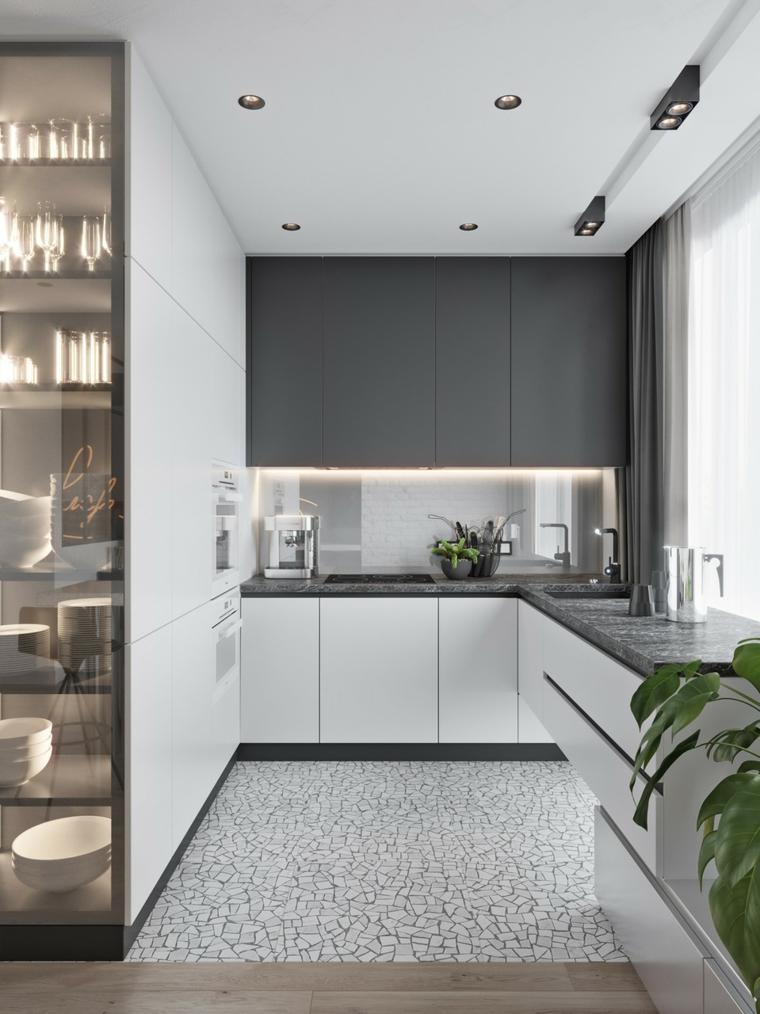 Cucine bicolore, cucina con top di colore grigio, soffitto con faretti