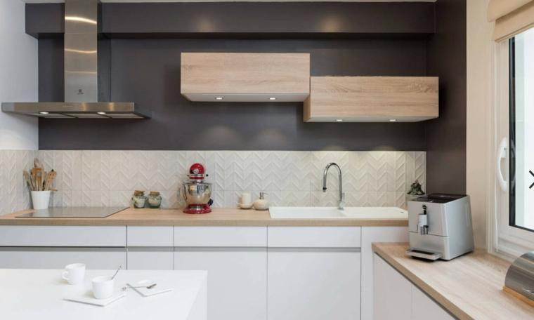 Cucina con parete di colore nero, come pitturare la cucina, mobili in legno sospesi