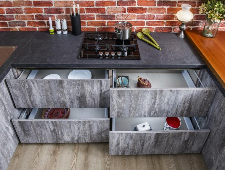 cucina con ante grigie top in resina arredamento loft industriale