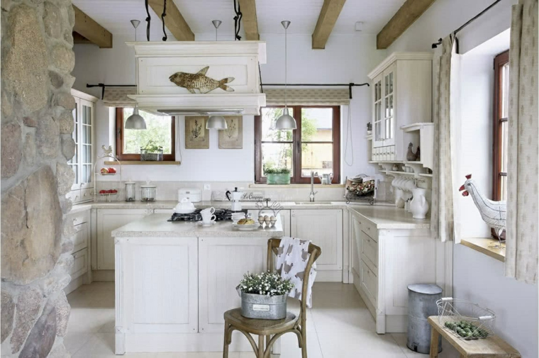cucina con isola centrale mobili di legno provenzali soffitto con travi