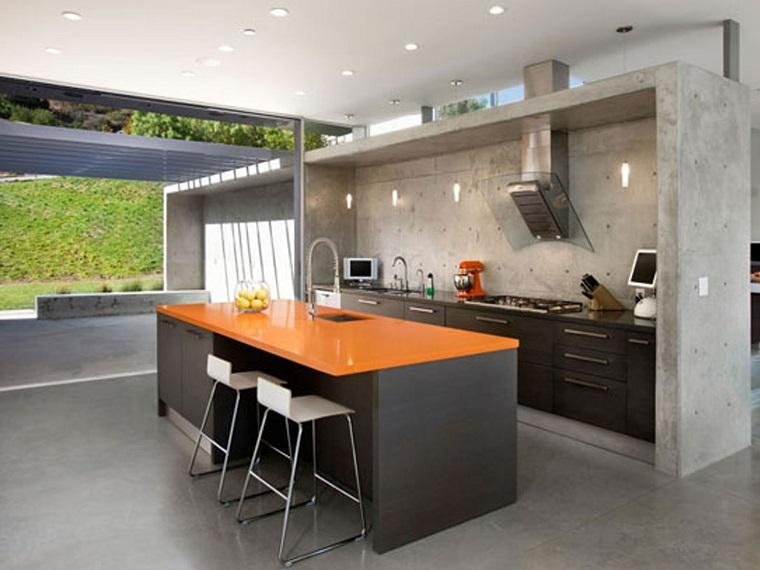 cucina con isola centrale top arancione