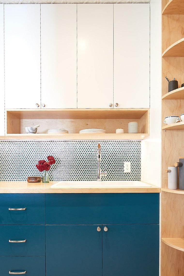 cucina con lavello ad angolo mobili in legno di colore blu scuro