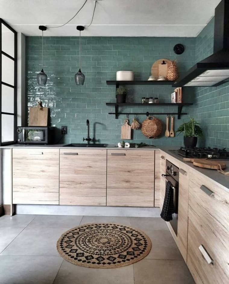 cucina con lavello ad angolo parete con piastrelle verde salvia mensole a vista