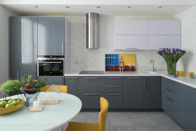 Cucina con mobili di colore grigio, tavolo rotondo con sedie gialle, colore pareti cucina bianca