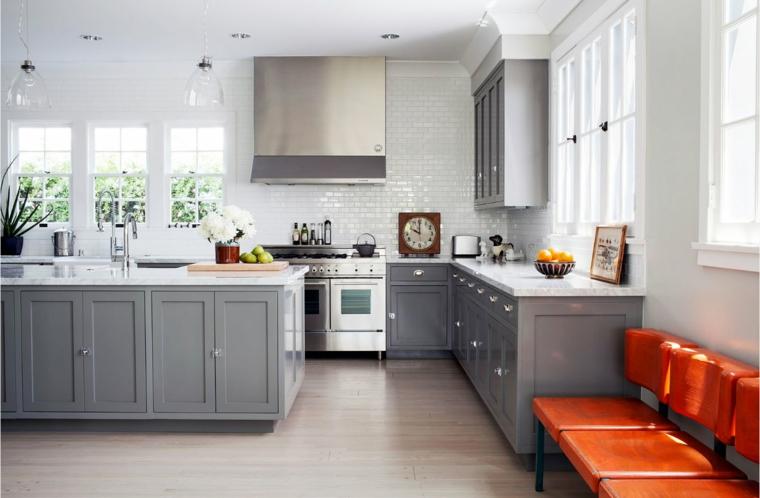 Cucina bianca e grigia, pavimento in legno, cucina con isola centrale