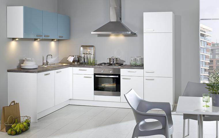 cucina moderna anogolo ante colore azzurro