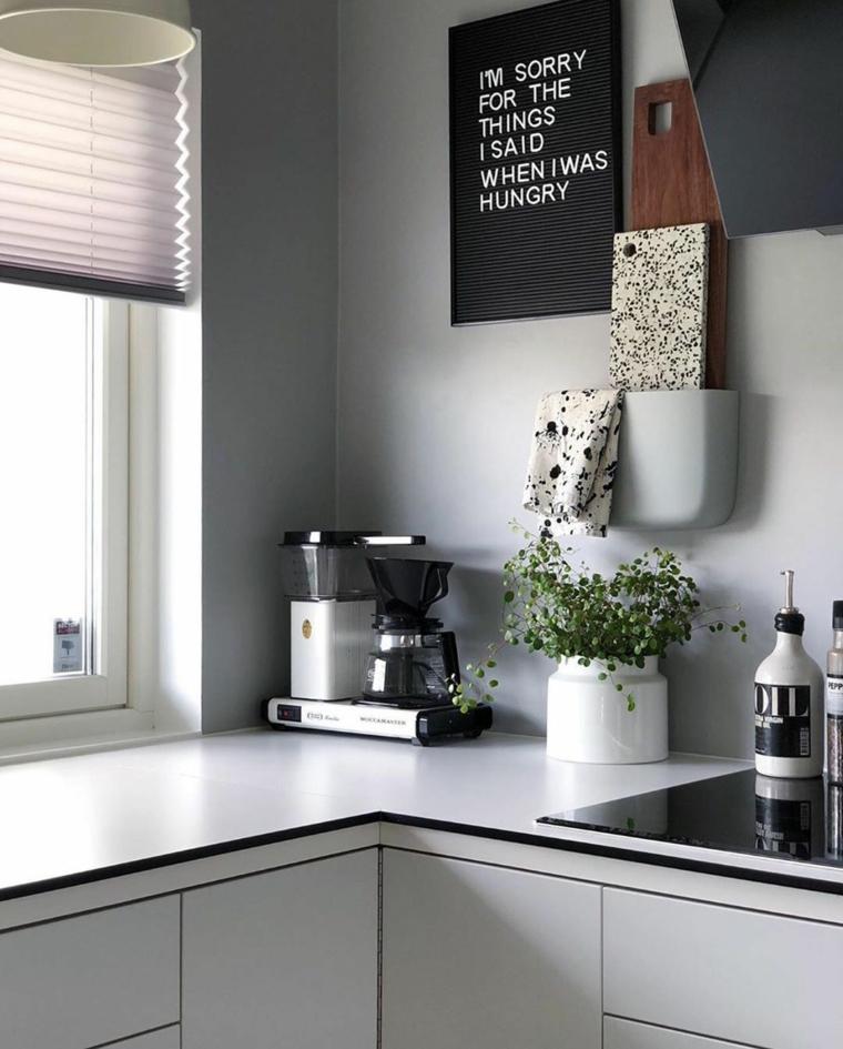 cucina moderna bianca e tortora parete dipinta di grigio decorazione con cornice
