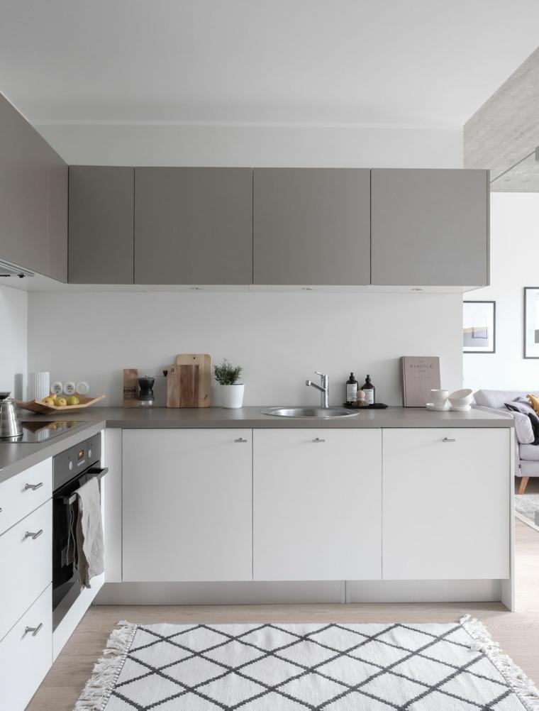 Colore pareti cucina bianca, cucina con mobili alti grigi e bassi bianchi