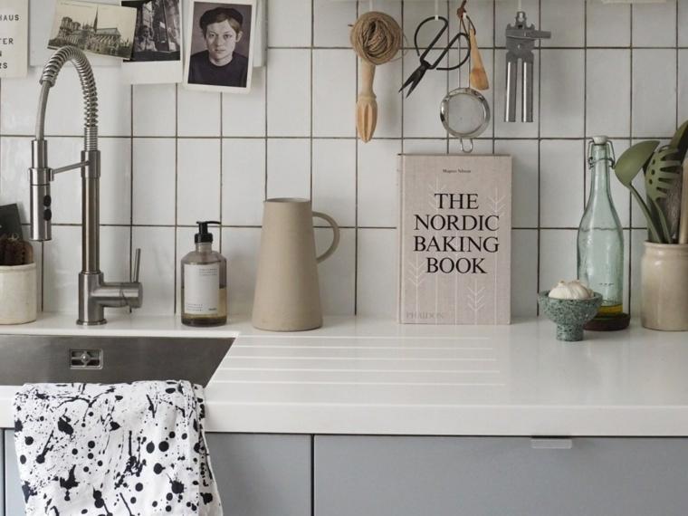 Cucina bianca e grigia, parete con piastrelle bianche, top cucina di colore bianco