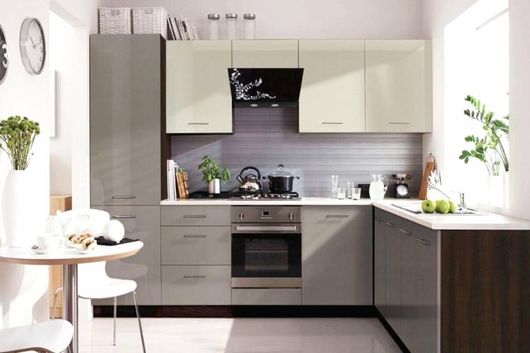 Cucina bianca e grigia, cucina con paraschizzi grigio, tavolo con due sedie