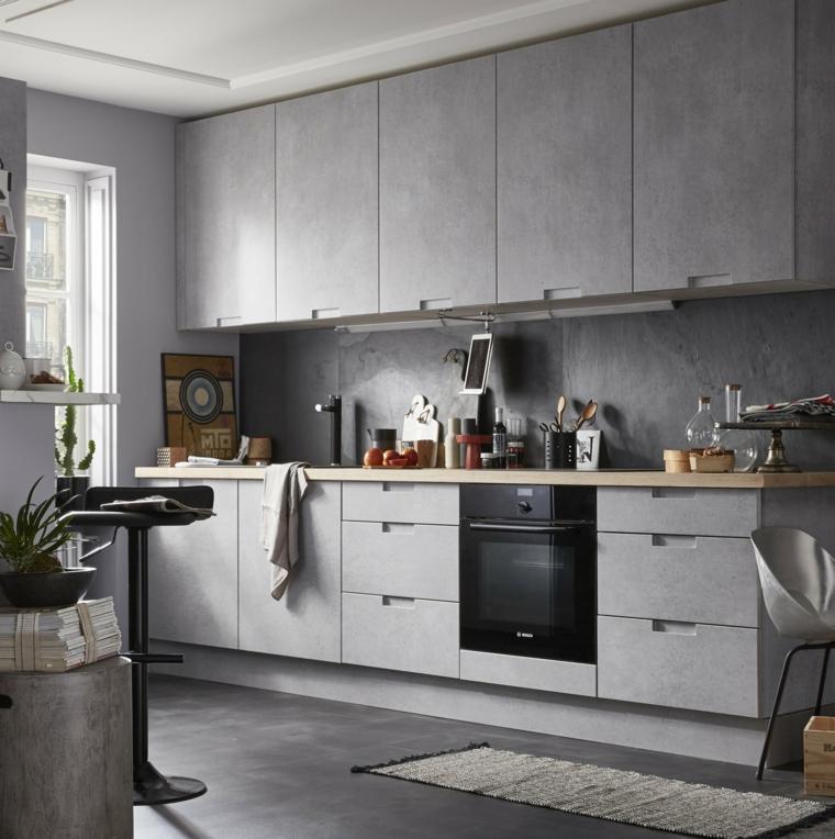 Cucina con mobili di colore grigio, cucina con pareti dipinte di bianco, cucine bicolore