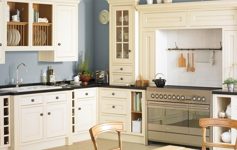 cucina vintage arredamento color crema mensole vista