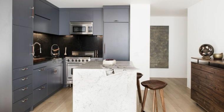 Cucina con isola centrale di marmo, cucina con pavimento in legno