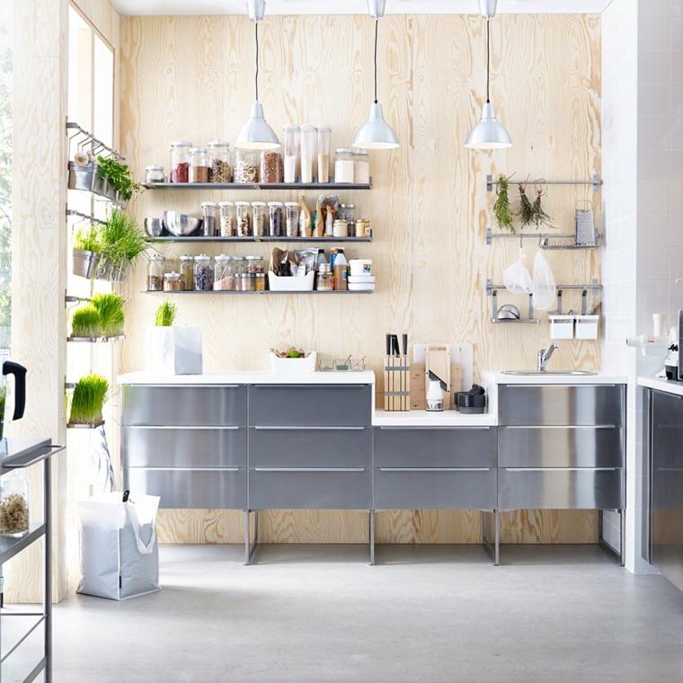 Abbinamento colori grigio, cucina con mobili grigi lucidi, parete in legno chiaro