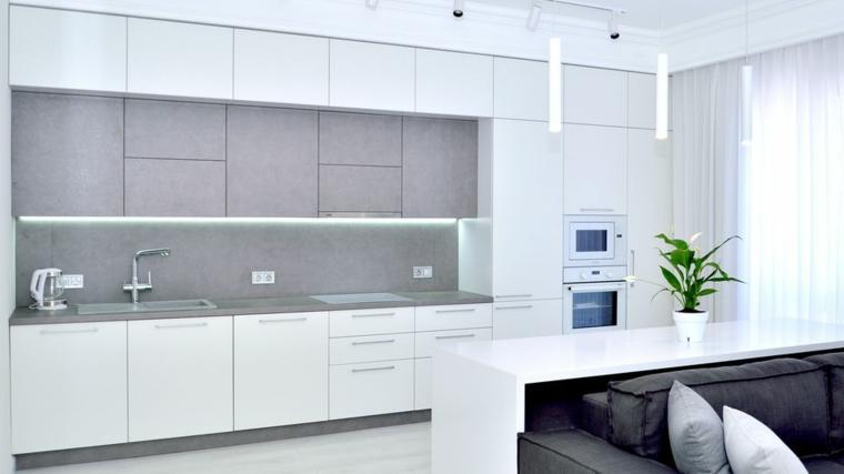 Cucina bianca e grigia, cucina con mobili alti di colore grigio, cucina con divano grigio