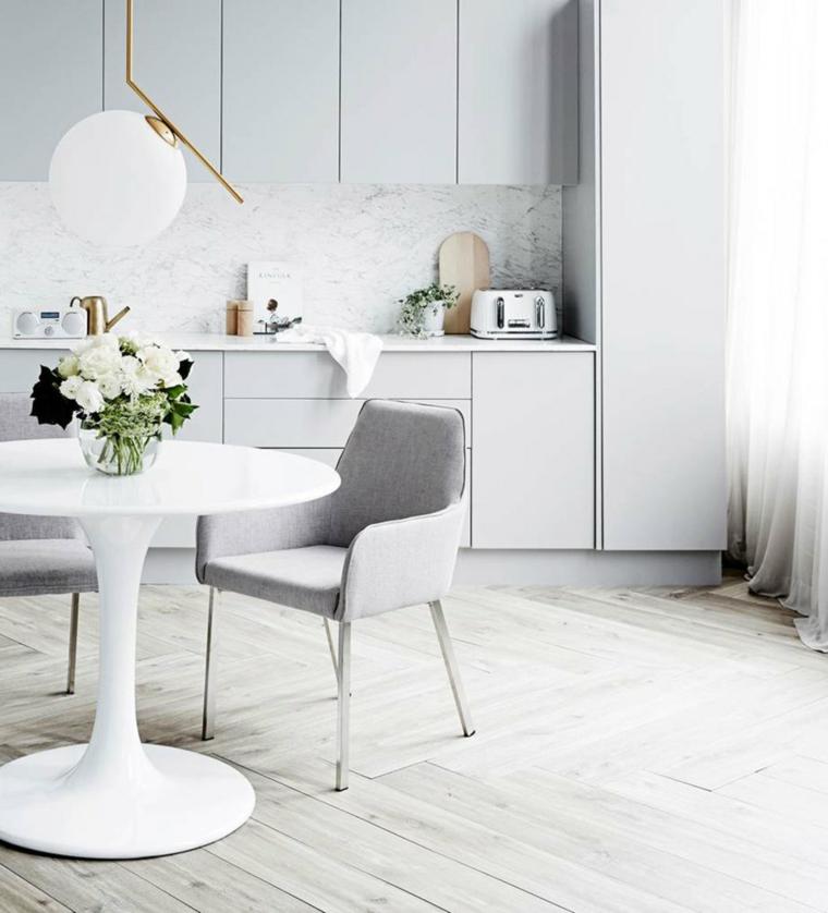 Cucina moderna grigia, cucina con tavolo da pranzo e sedia, vaso di fiori su un tavolo