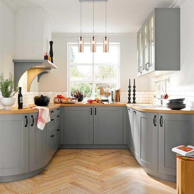 Abbinamento colori grigio, cucina con top di legno, pareti dipinti di bianco