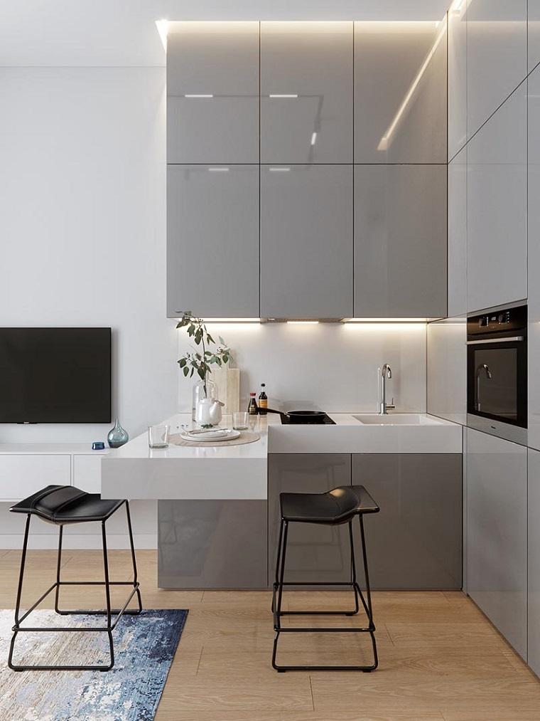 cucine moderne bianche e grigie bancone isola sospesa arredata con sgabelli alti