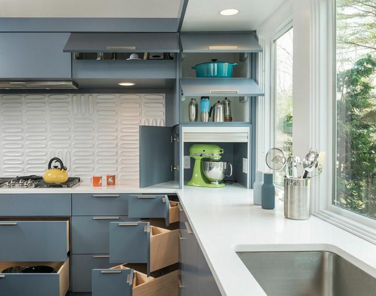cucine moderne bianche e grigie scaffali di stoccaggio ad angolo paraschizzi con piastrelle bianche