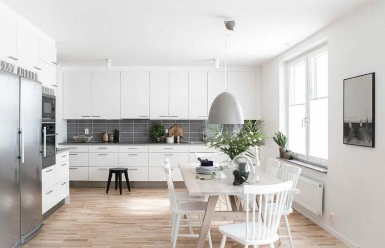 Come pitturare la cucina, cucina con pavimento in legno, cucina con tavolo e sedie
