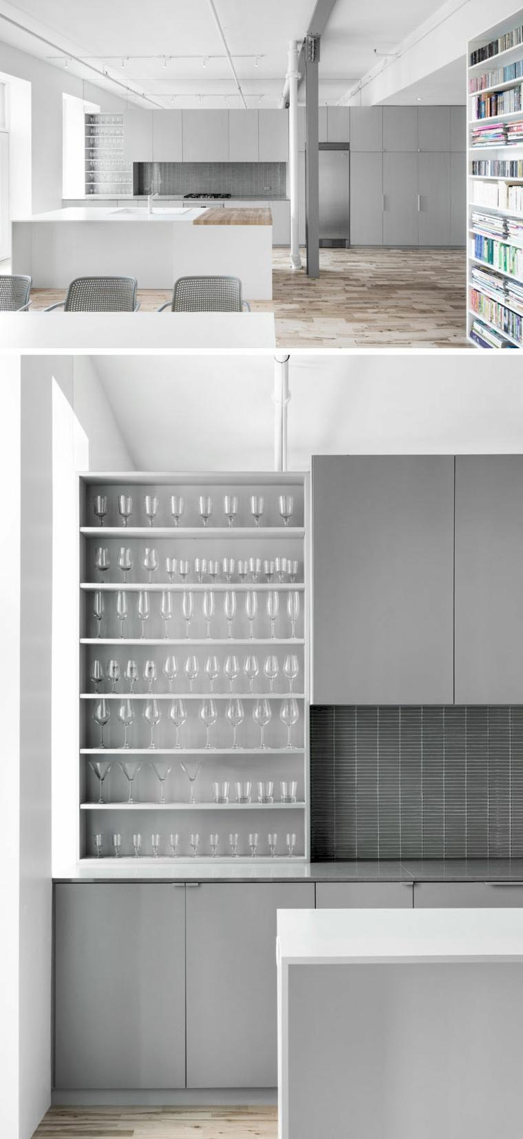 Cucina con isola centrale, mensole a vista con bicchieri di vetro, cucina con pavimento in legno