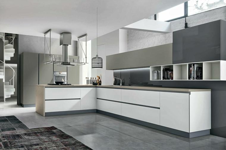 Cucina moderna grigia, mobili per la cucina di colore bianco, pavimento in piastrelle grigie