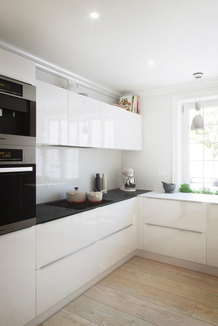 cucine moderne bianche lucide pareti dipinte di bianco pavimento in parquet