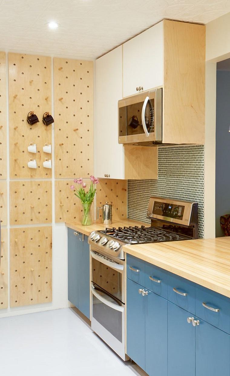 cucine piccole con penisola parete con pannello e ganci mobili di colore blu