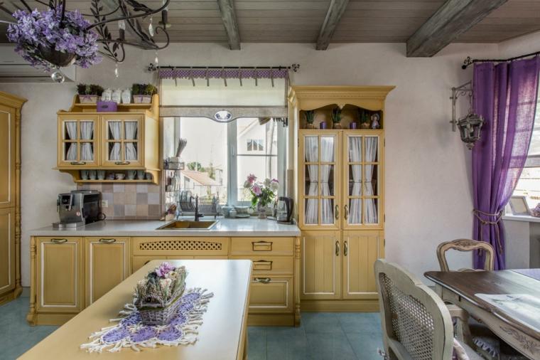 cucine stile country provenzale cucina con mobili di legno giallo tende trasparenti viola