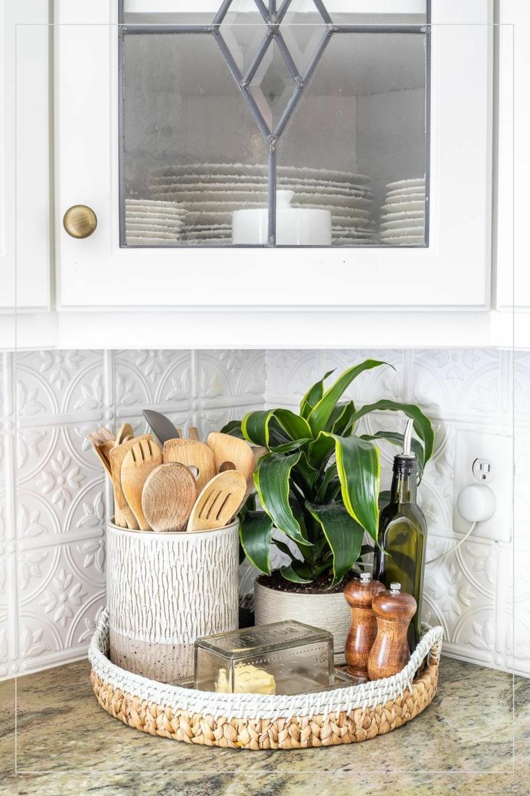 decorazione angolo cucina vassoio con pianta e cestino mestoli di legno