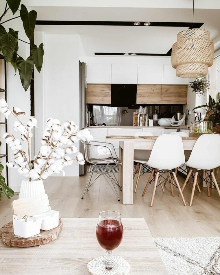 decorazione con piante foglia verde pavimento in legno open space cucina e sala da pranzo