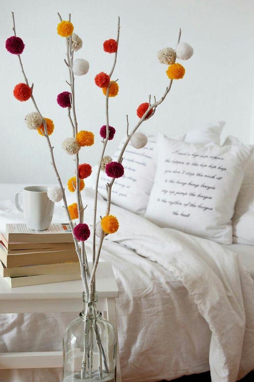 decorazioni camera da letto con vaso e rametti di legno pompon di lana colorati