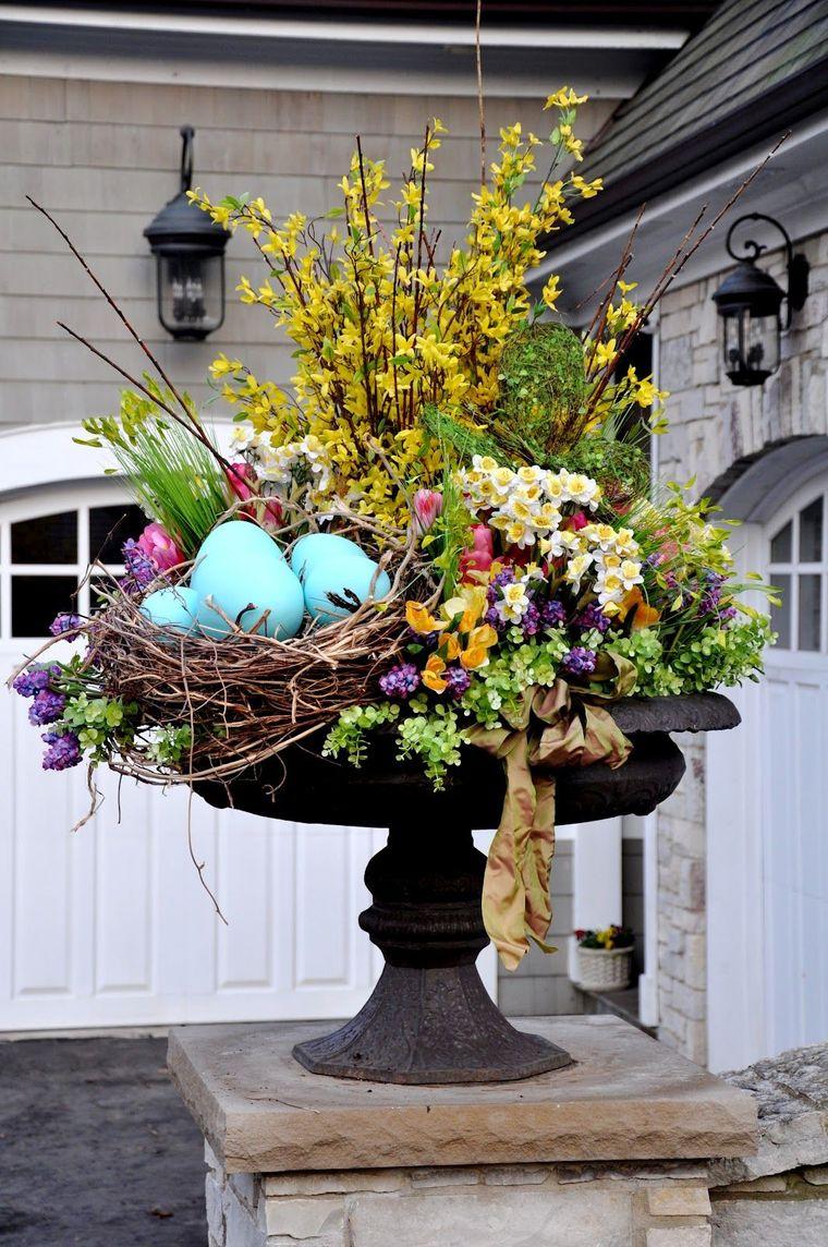 decorazioni di pasqua da esterno giardino vaso di metallo con fiori e rametti