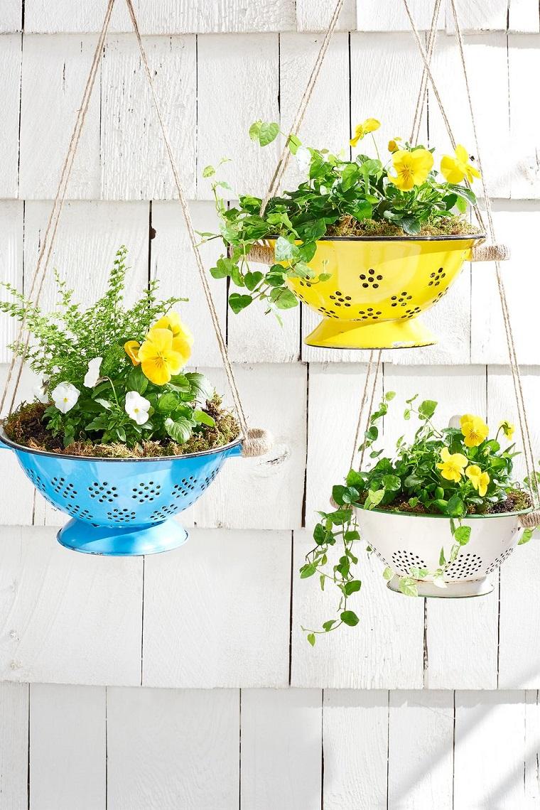 decorazioni pasquali da appendere colino di metallo come vaso per fiori