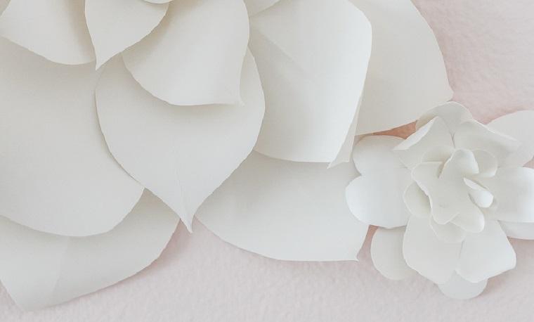 decorazioni primaverili con fogli di carta fiore con petali ritagliati con tutorial