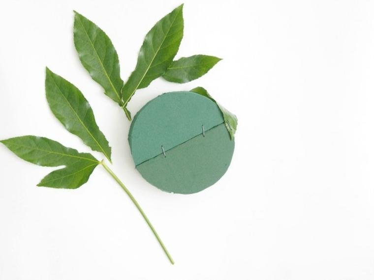 foglie verdi e cerchio di cartone decorazioni uova pasquali tutorial addobbi fai da te