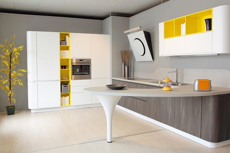 idea arredare cucina penisola accenti colore giallo decorazioni
