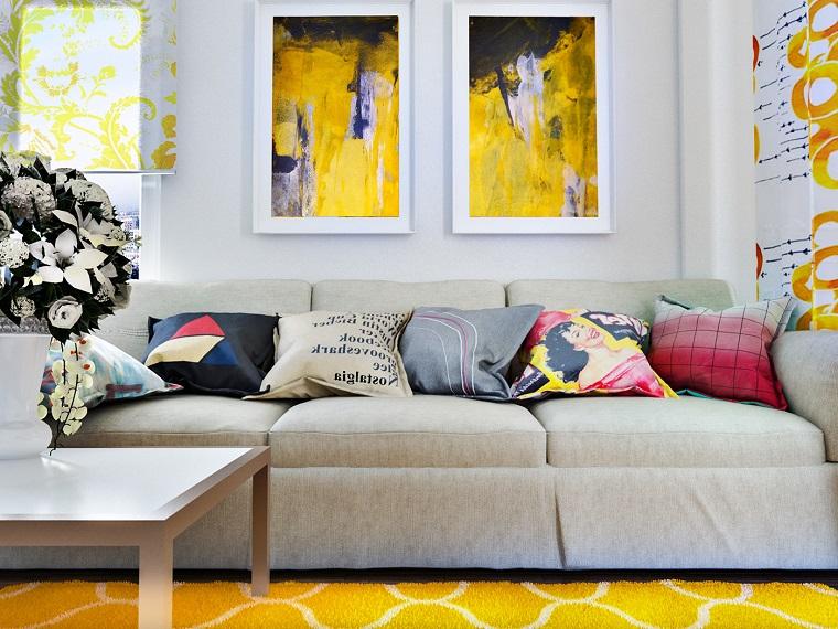 idee soggiorno divano grigio accenti giallo