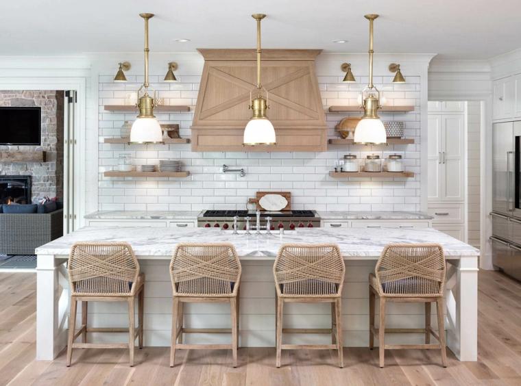 illuminazione cucina con lampade appese isola centrale con top di marmo arredamento country
