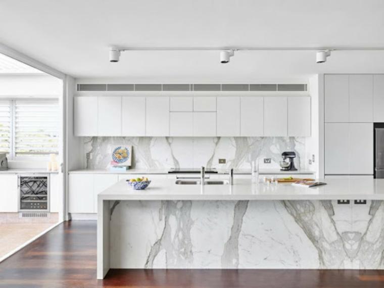Cucina moderna grigia, cucina con isola centrale rivestita di marmo