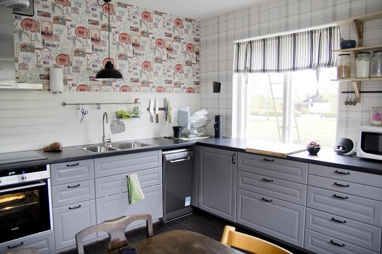 mobili stile classico cucina angolare pareti decorate maniglie retro