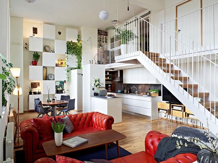 monolocale con soppalco mobili colore rosso divano pelle