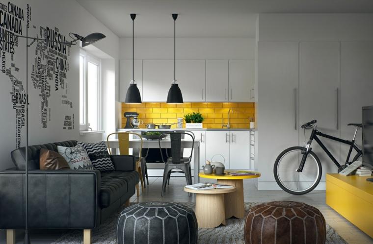 Parete paraschizzi in piastrelle gialle, come pitturare la cucina, open space con divano grigio