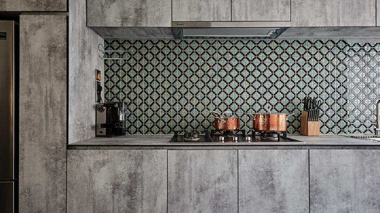 paraschizzi cucina con piastrelle colorate mobili di legno grigio