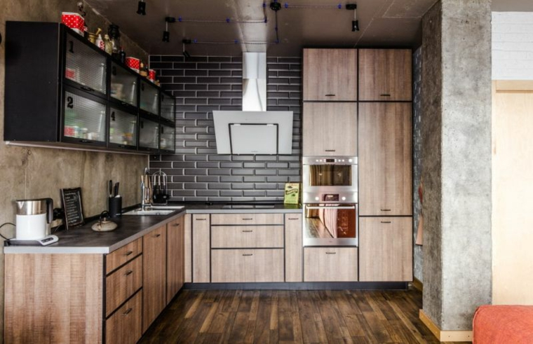 parete con finti mattoni a vista arredamento cucina con mobili in legno stile industriale